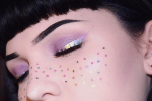 Сияющие стрелки — новый тренд в макияже